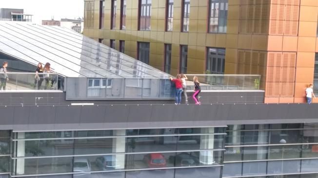 Photo of Za fotografiju na Fejsu riskiraju pad s krova?!